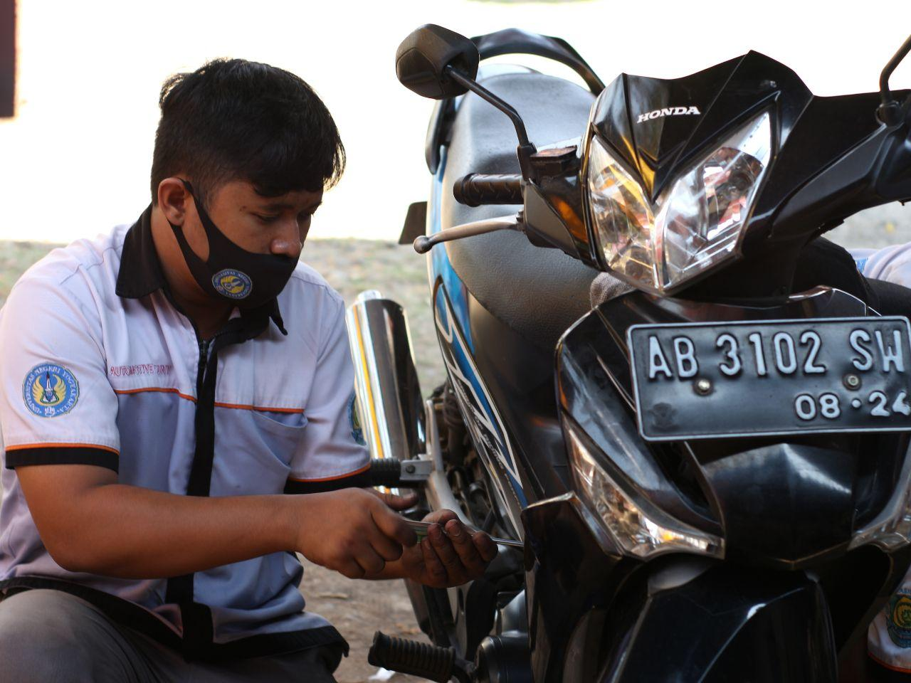 Fakultas Teknik Universitas Negeri Yogyakarta jurusan Pendidikan Teknik Otomotif mengadakan Bakti Sosial berupa servis motor GRATIS pada tanggal 22 – 23 Agustus 2020 di kelurahan Ngalang, Gedang Sari, Gunung Kidul.